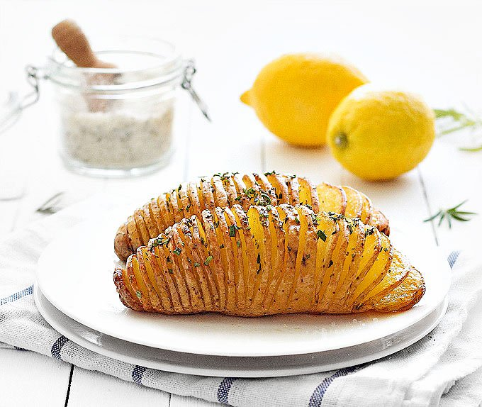 This Baked Hasselback Potatoes are an easy side dish or appetizer perfect for Thanksgiving, Christmas or holiday entertaining! Vegan and vegetarian